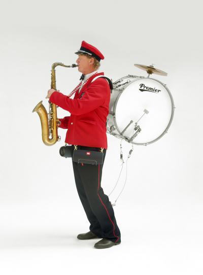 Neem een grote trom, een saxofoon en vrolijke bloasmuziek en er komnt een leuke act voorbij