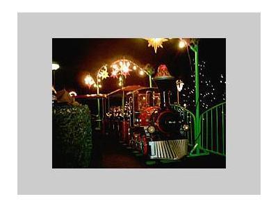 De trein wordt geheel versierd in de kerstsfeer.